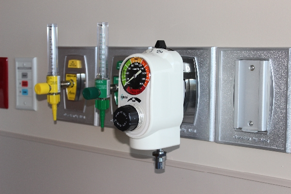 Chemetron 500-Series quick connect outlets with flowmeters/regulator